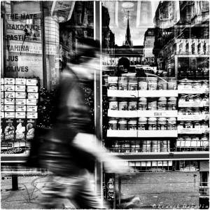 Un passant dans la rue Marx Dormoy à Paris 18ème (France)
