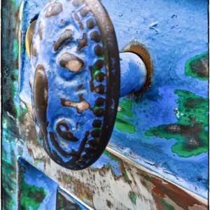 décapage décaper clenche porte peinture bleu matériau