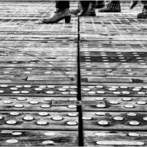 Des pas et des clous sur le parvis de la Bibliothèque François Mitterand - Paris 13e